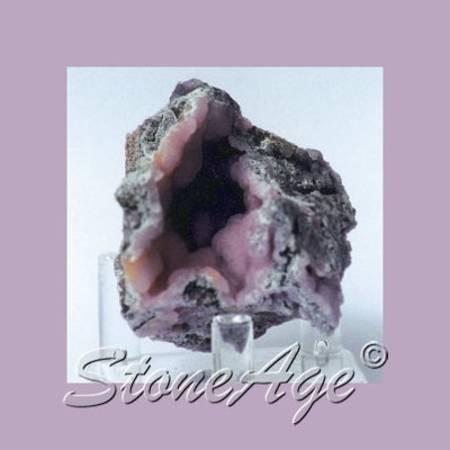 סמיתסונייט ורודה בתוך מערה. מהאתר של סטונאייג.  www.stoneage.co.il צילום: שני תודר photo: Shani Toder