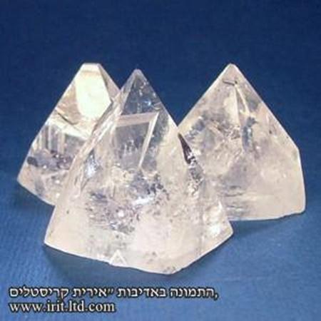 גבישי אפופילייט בתצורה של פירמידה. מהאתר של החנות סטונאייג'  www.stoneage.co.il צילום: שני תודר photo: Shani Toder