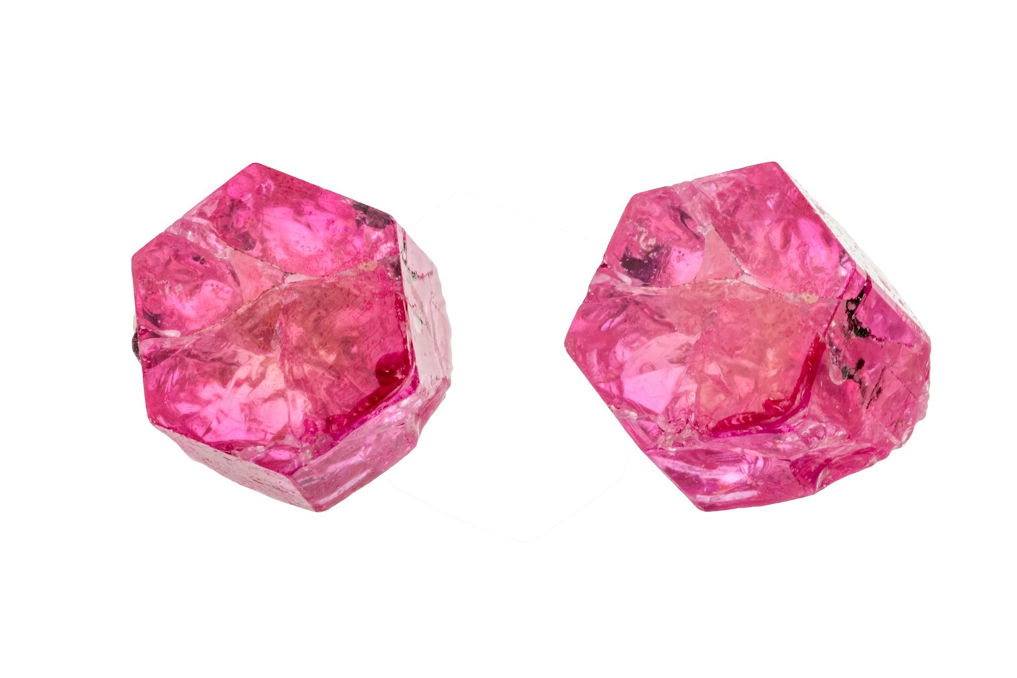 """גבישים טבעיים באיכות גבוהה של ביקסבייט, בריל אדומה. התמונה ממאגר """"דפוזיט"""" From """"Deposit"""" Photos"""