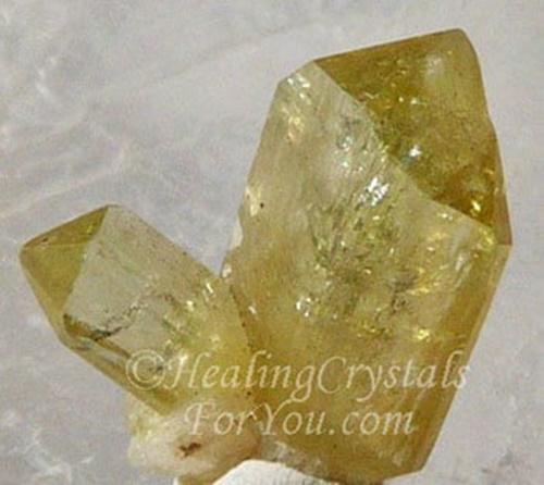 ברזיליאנייט צהובה עם סיומת טבעית. נלקח ברשות מהאתר   Taken with courtesy from www.healing-crystals-for-you.com