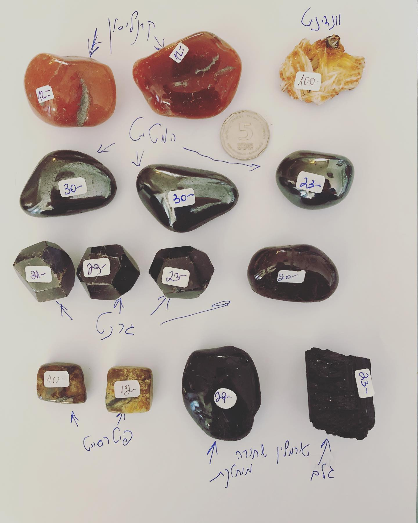 אבנים שונות: קרנליאן, המטייט, טורמלין, ונדינייט.