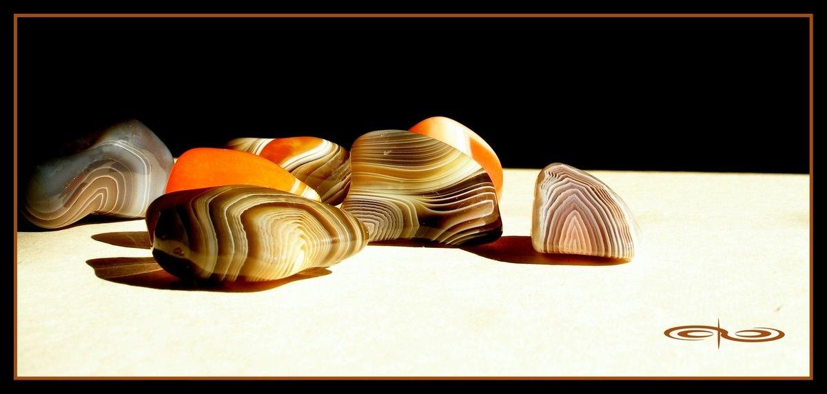 חלוקי אגת-בוטסוואנה בצבעים חזקים. צילום: מקס קובלסקי Photo by Max Kovalski www.maxkov.com