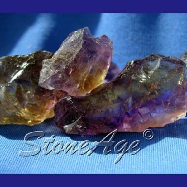 גושים גולמיים של אמטרין. מהאתר של החנות סטונאייג'  www.stoneage.co.il צילום: שני תודר photo: Shani Toder