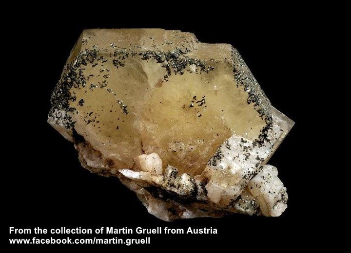 גוש גולמי של אפטייט בצבע צהוב כהה עם גלנה. מהאוסף של מרטין גרול האוסטרי. From the collection of Martin Gruell from Austria