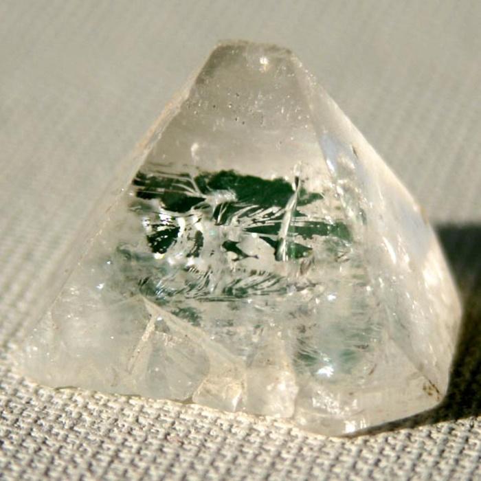גביש יחיד של אפופילייט במראה של פירמידה. מהאוסף של אומנות ורוח www.art-with-spirit.com צילום: גל אבירז