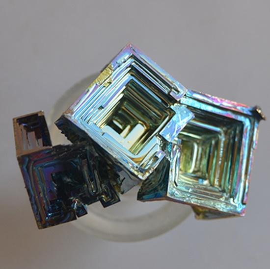 ביסמוט. מהאתר של החנות סטונאייג'  www.stoneage.co.il צילום: שני תודר photo: Shani Toder