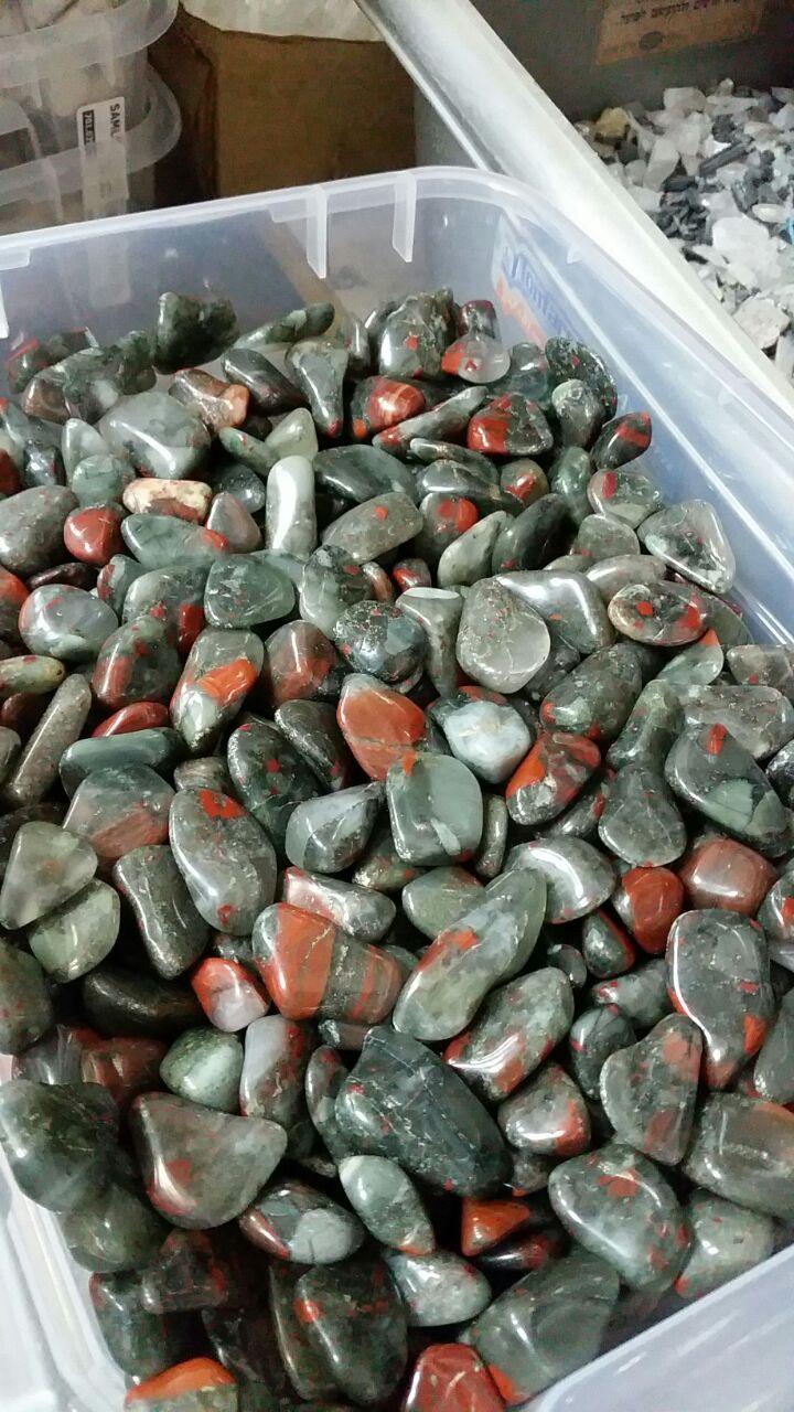 אבני בלאדסטון בהירות יחסית עם כמות גדולה של תכלילים כתומים. במקור מאפריקה. מהאוסף של אומנות ורוח www.art-with-spirit.com צילום: גל אבירז