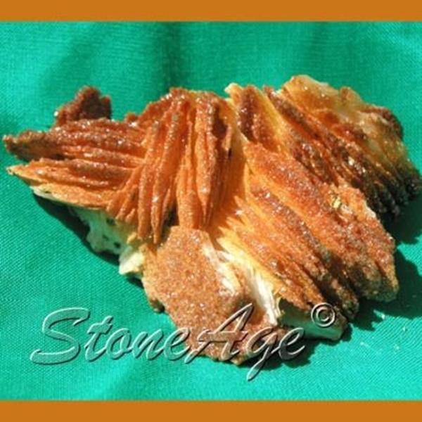 מושבה של וונדינייט בגוון כתום עם גבישים צרים ומאורכים. מהאתר של סטונאייג www.stoneage.co.il  צילום: שני תודר photo: Shani Toder