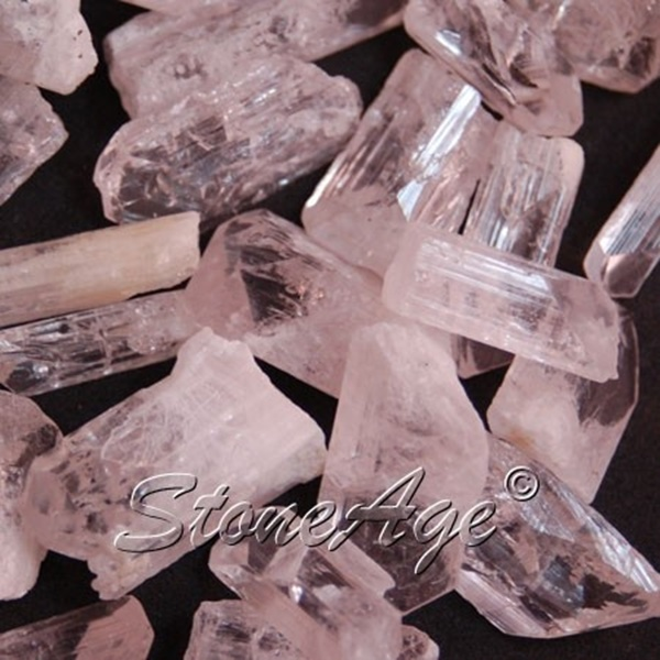 גבישי דנבורייט גולמיים בוורוד. מהאתר של החנות סטונאייג'  www.stoneage.co.il צילום: שני תודר photo: Shani Toder