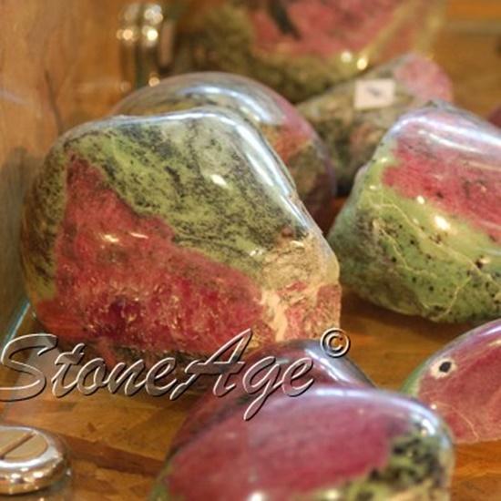 חלוקי רובי עם זויסייט. מהאתר של החנות סטונאייג'  www.stoneage.co.il צילום: שני תודר photo: Shani Toder