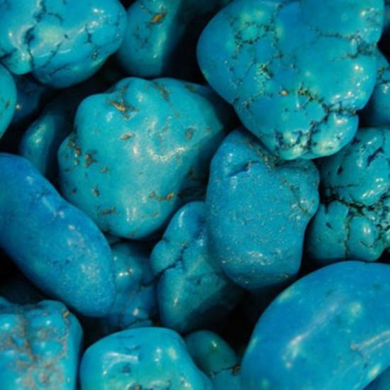 גושים גולמיים של מגנזייט, צבועים בצבע כימי. מהאתר של סטונאייג.  www.stoneage.co.il צילום: שני תודר photo: Shani Toder