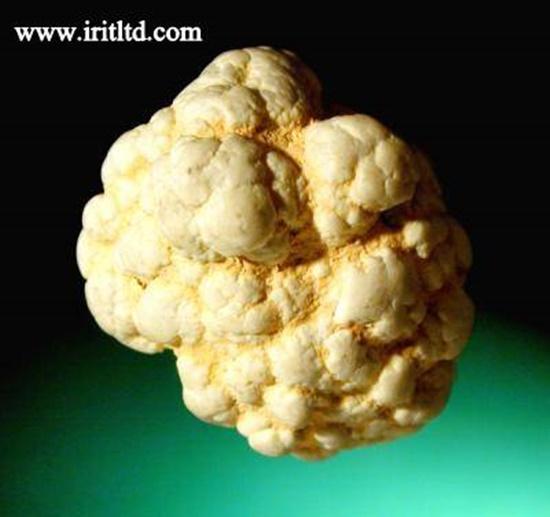 """גוש גולמי של מגנסייט. מהאתר של  """"אירית קריסטלים"""" www.iritltd.com"""