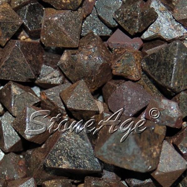 גבישי מגנטייט בתצורה של אוקטהדרון. מהאתר של החנות סטונאייג'  www.stoneage.co.il צילום: שני תודר photo: Shani Toder