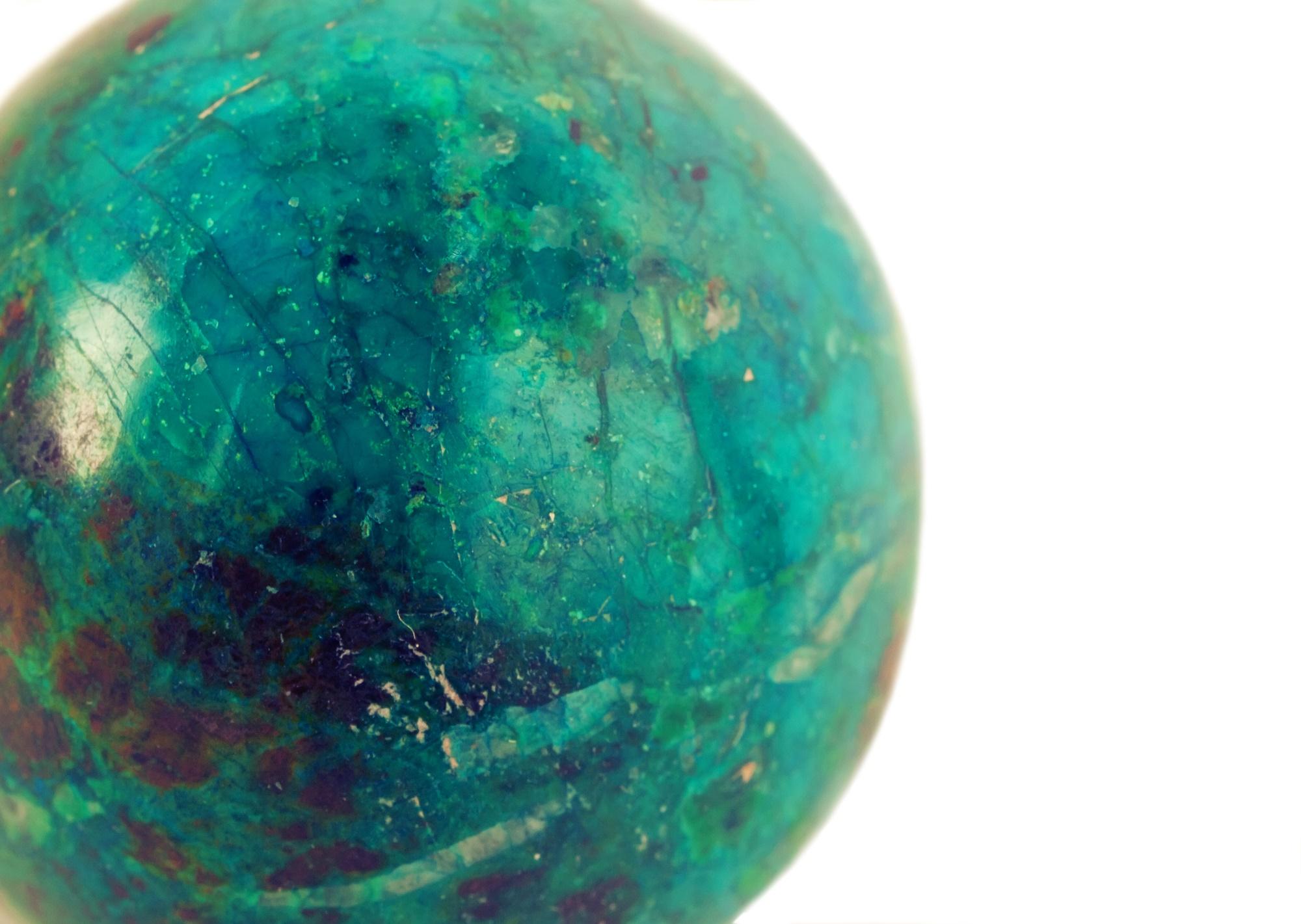 """ספרה (כדור) של מלאכיט קריסוקולה. נראה כמו דגם של כדור הארץ. התמונה ממאגר """"דפוזיט"""" From """"Deposit"""" Photos"""