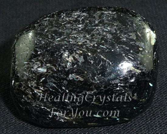 חלוק של נומייט. צילום מקרוב. נלקח ברשות מהאתר   Taken with courtesy from www.healing-crystals-for-you.com