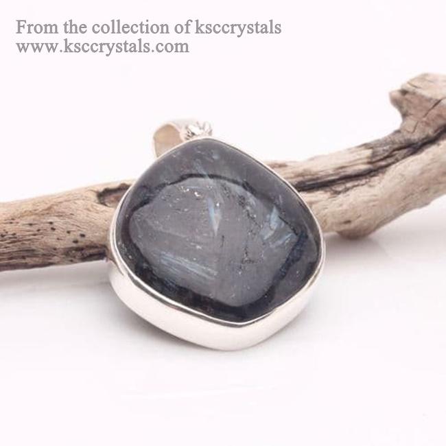 תליון נומייט. נלקח ברשות מהאתר   Taken with courtesy from www.healing-crystals-for-you.com