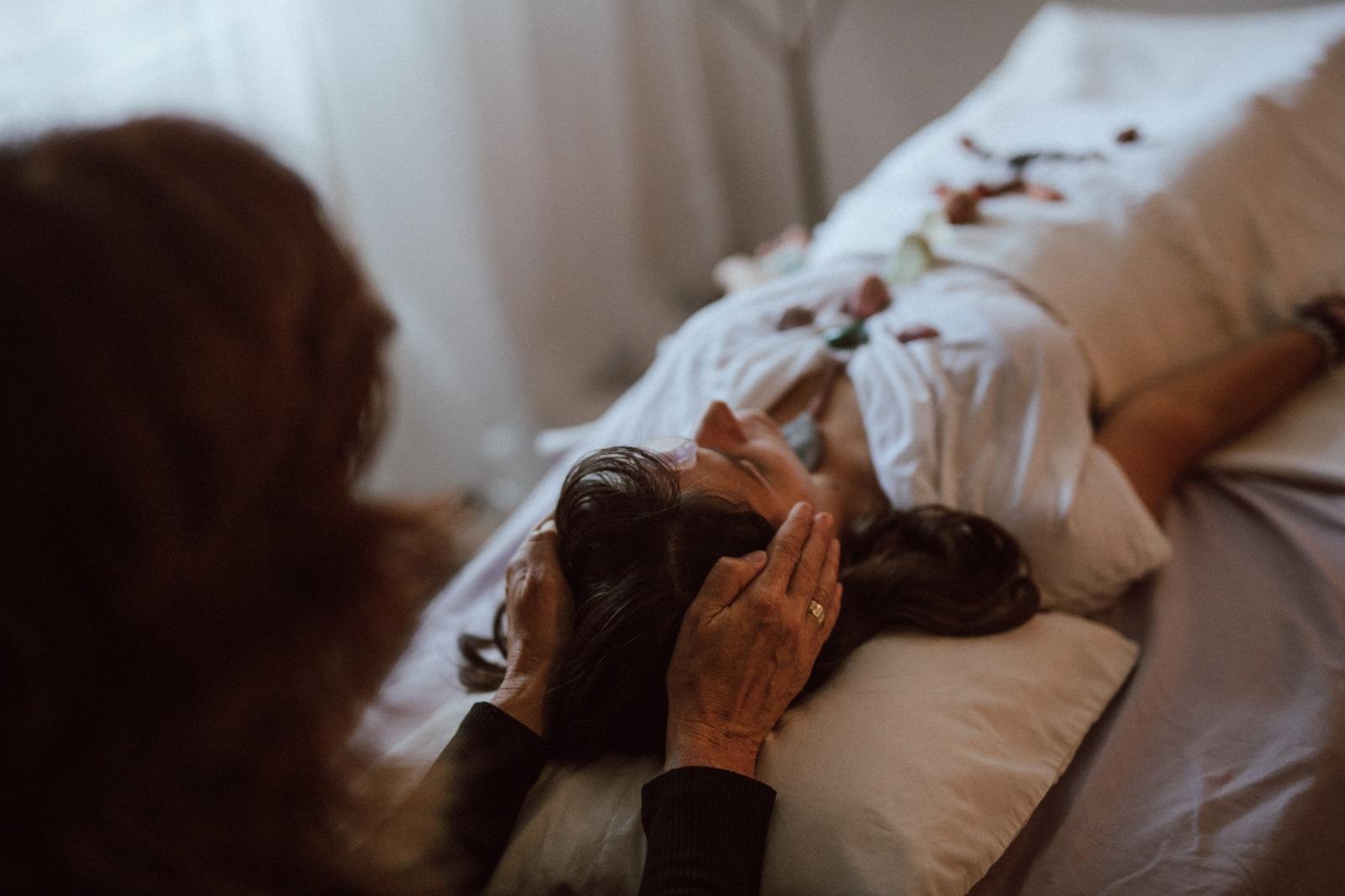 טיפול בהילינג בשילוב קריסטלים וכלים טיפוליים נוספים, כולל הנחת מערך קריסטלים על או מסביב למטופל ולעיתים מגע עדין.