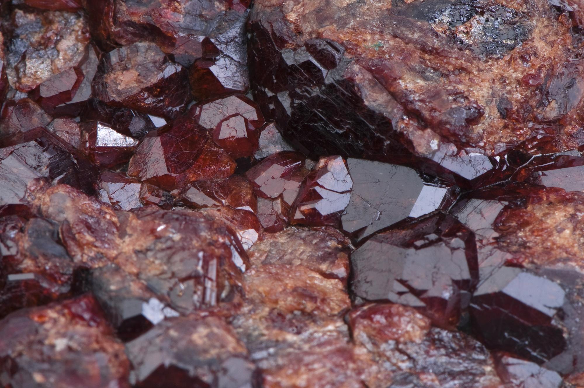 """מצע של גרנט אלמנדין במכרה. התמונה ממאגר """"דפוזיט"""" From """"Deposit"""" Photos"""
