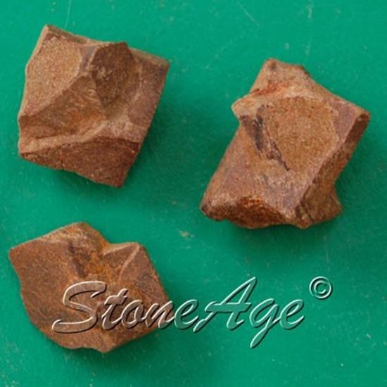 גבישי סטאורולייט. מהאתר של סטונאייג.  www.stoneage.co.il צילום: שני תודר photo: Shani Toder