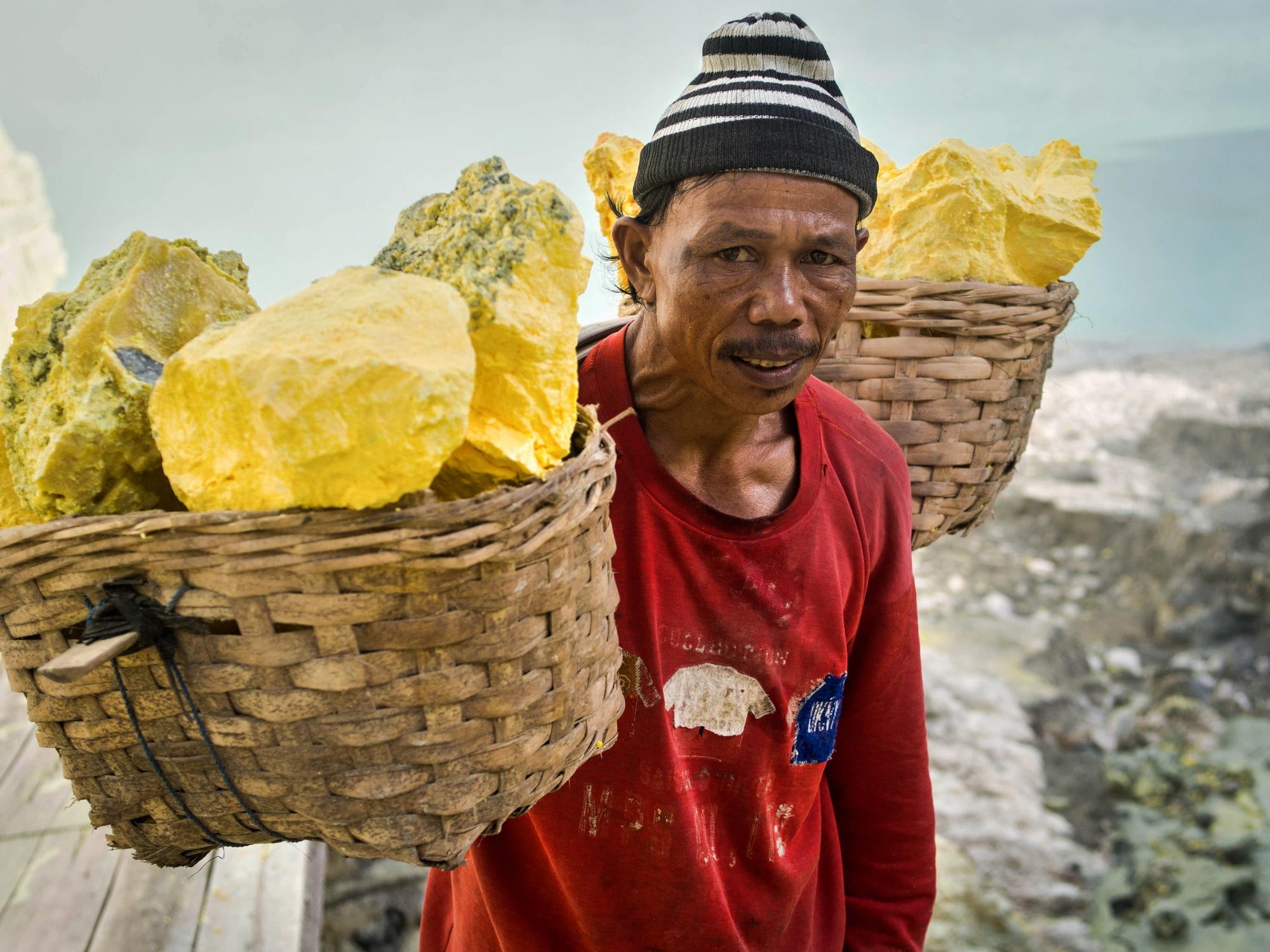 """פועל במכרה סולפור באינדונזיה. התמונה ממאגר """"דפוזיט"""" From """"Deposit"""" Photos"""