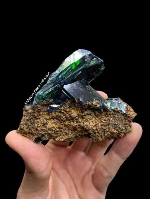 ויויאנייט על מצע של סלע: מהאוסף של מיילין סטון. From the collection of Mylyn stone